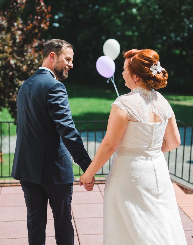 Glückliches Hochzeitspaar hält Hände