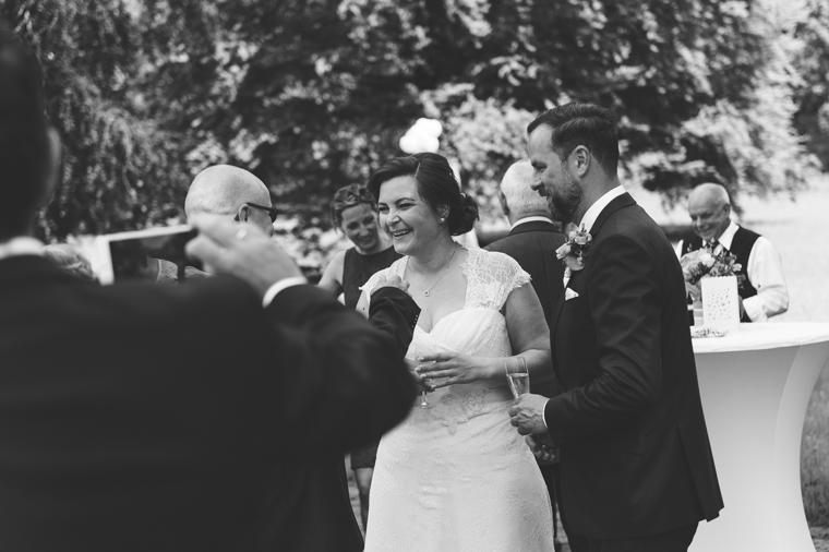 Brautpaar wird beglückwünscht