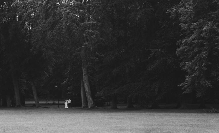 Hochzeitspaar schlendert durch einen Wald in Brandenburg