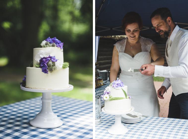 Braut und Bräutigam schneiden Hochzeitstorte an