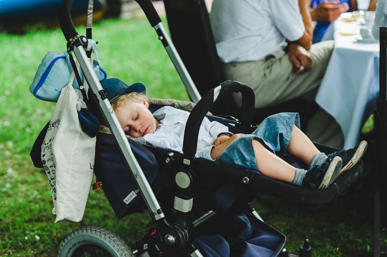 Kind schläft auf Hochzeit in Kinderwagen