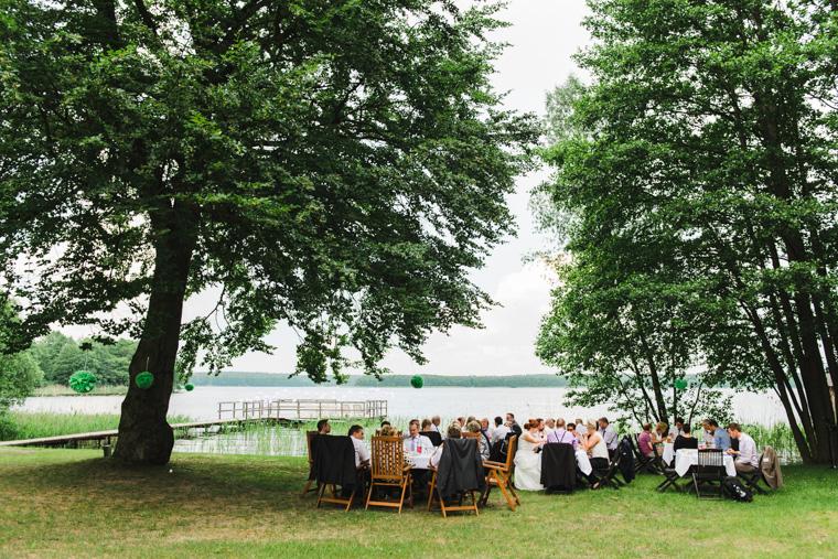 Hochzeitsgesellschaft genießt während Empfang Kaffee und Kuchen von Verzuckert Berlin