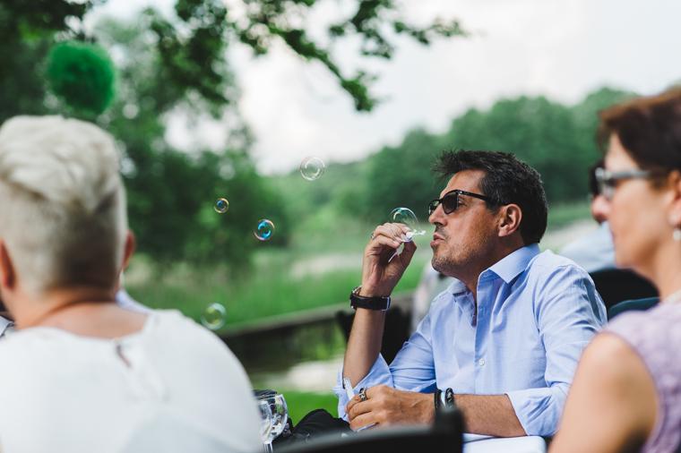 Hochzeitsgast macht Seifenblasen