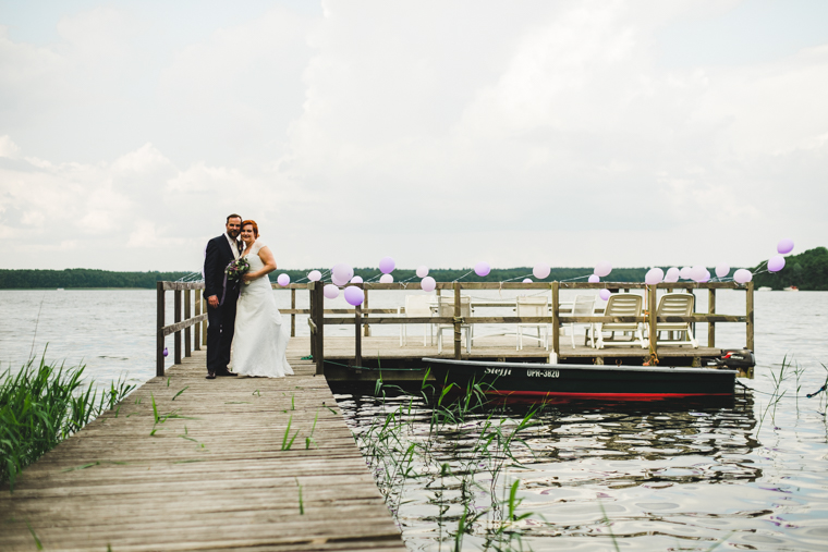 Brautpaar steht auf einem Steg