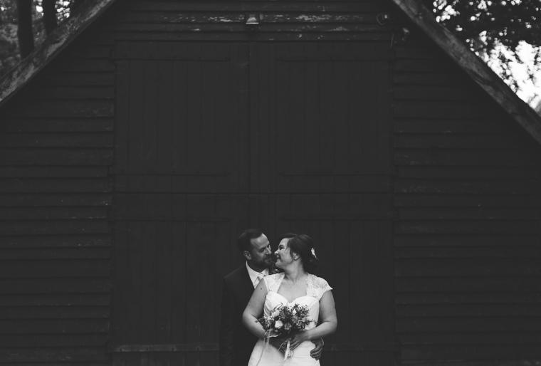Foto eines sich umarmenden Brautpaares