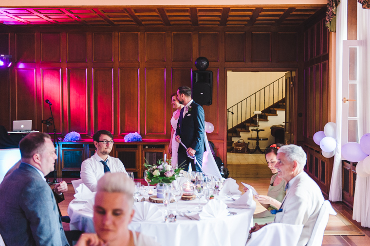 Hochzeitspaar betritt Saal mit Hochzeitsgesellschaft