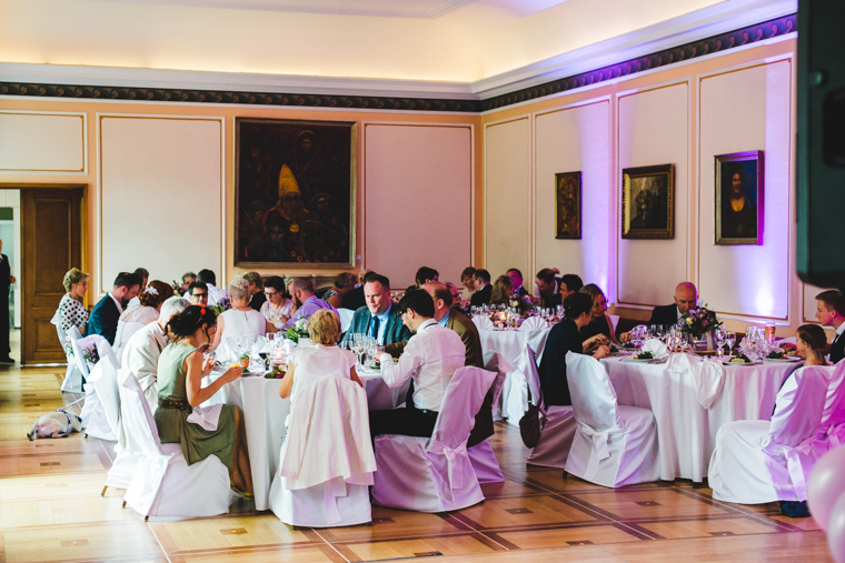 Hochzeitsgesellschaft beim Abendessen in Brandenburg auf Landgut Gühlen