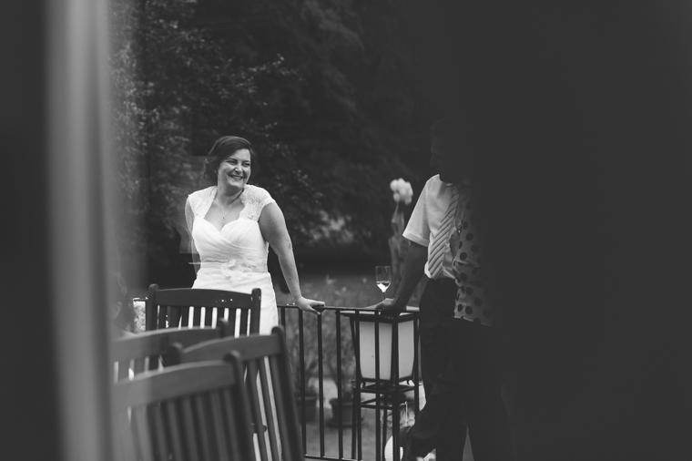 Lachende glückliche Braut