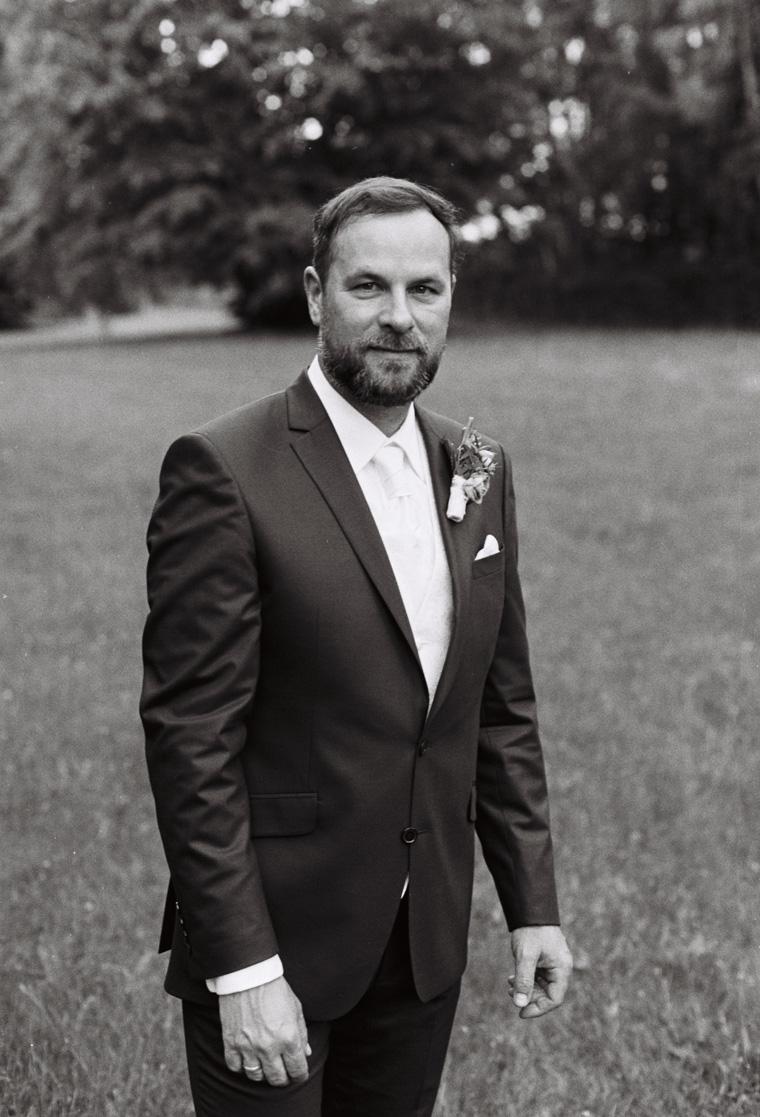 Schwarz Weiß Foto auf Film von Bräutigam