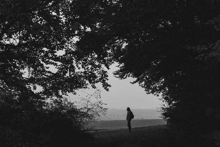 Schwarz Weiß Foto Willi Weitzel auf einem Feld in Hessen