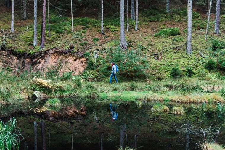 Willi Weitzel spiegelt sich in einem Weiher im Waldgebiet Christenberger Talgrund
