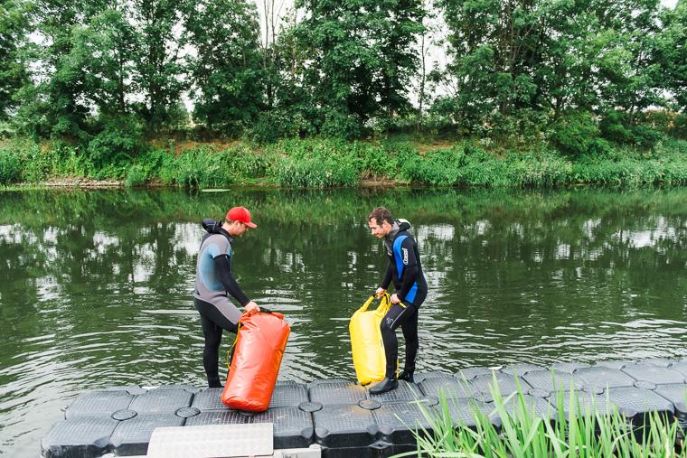 Schwimmer steigen in Fluss Unstrut