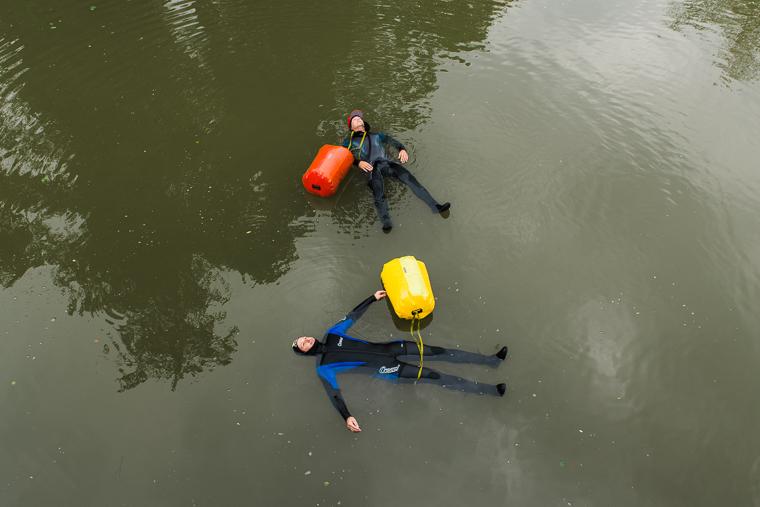 Im Wasser treibende Menschen Abenteurer
