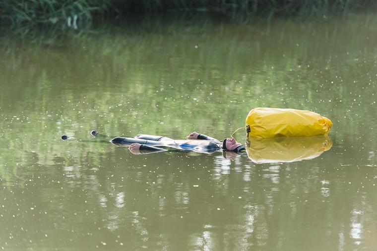 Schwimmer lässt sich in Unstrut treiben