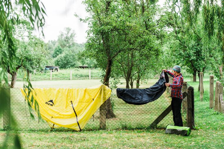 Camper hängt nasse Sache auf