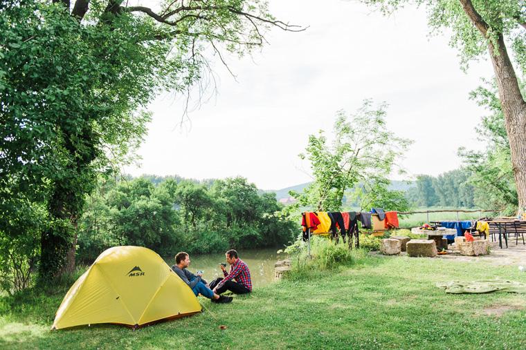 Camper trinken Kaffee vor Zelt