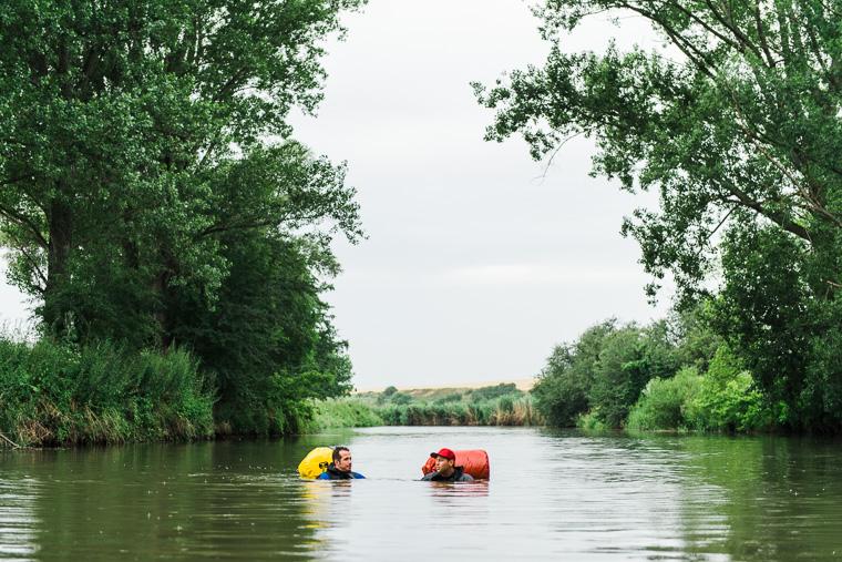Willi Weitzel und Freund schwimmen in Unstrut