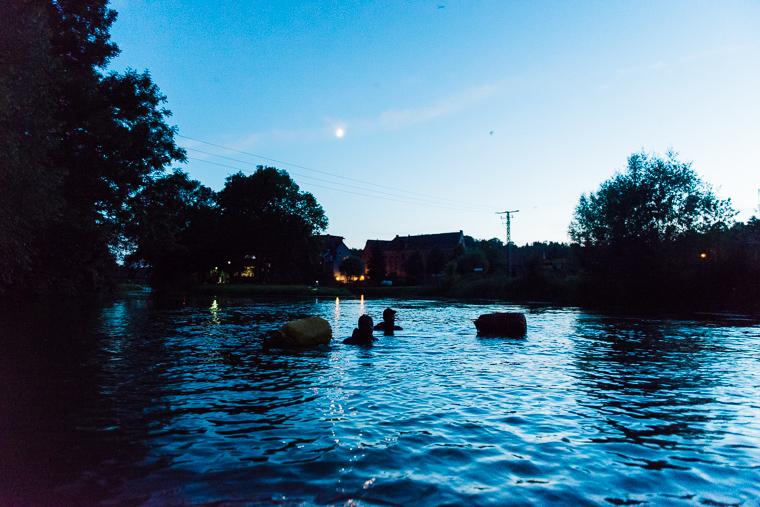 Schwimmer bei Nacht in der Unstrut