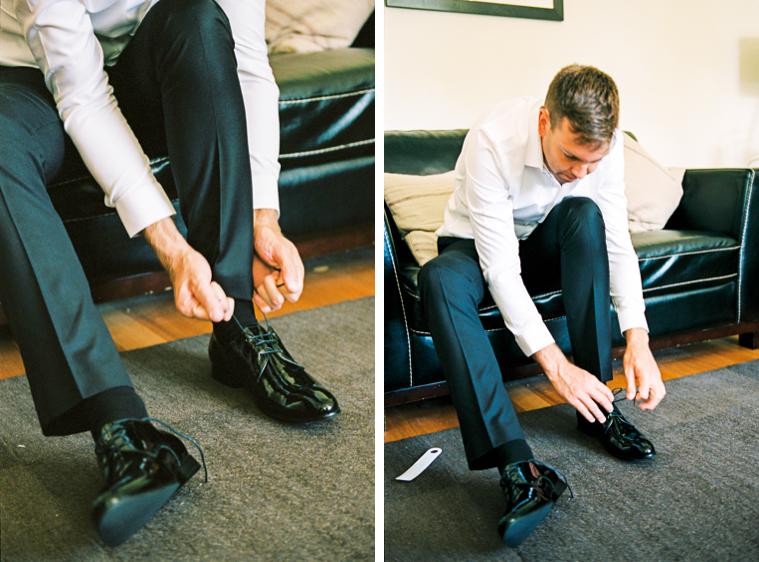 Bräutigam zieht sich seine Schuhe an