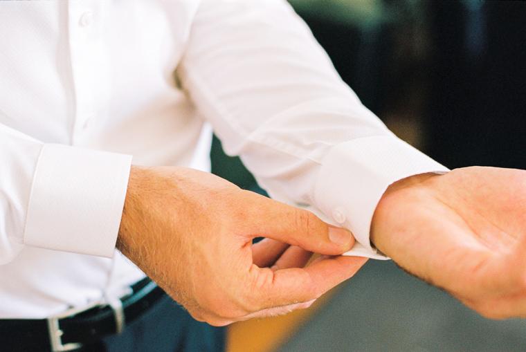 Bräutigam knöpft sich das Hemd zu