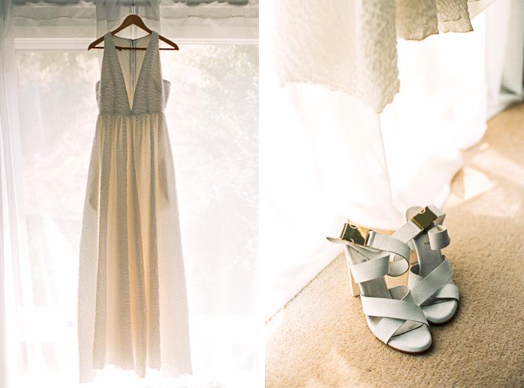 Brautkleid und Brautschuhe vor Fenster