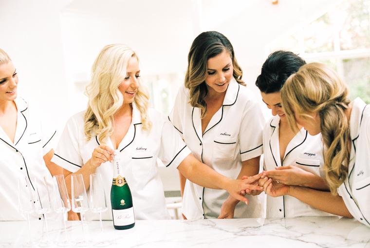 Braut und ihre besten Freundinnen schauen sich Verlobungsring an