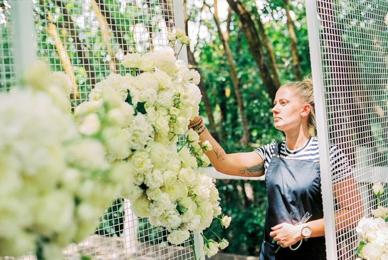 Blumenschmuck wird angebracht