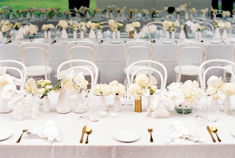 Hochzeitsdekoration in weiß für Tische