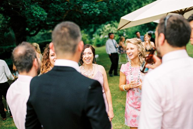 Hochzeitsgäste haben Spaß