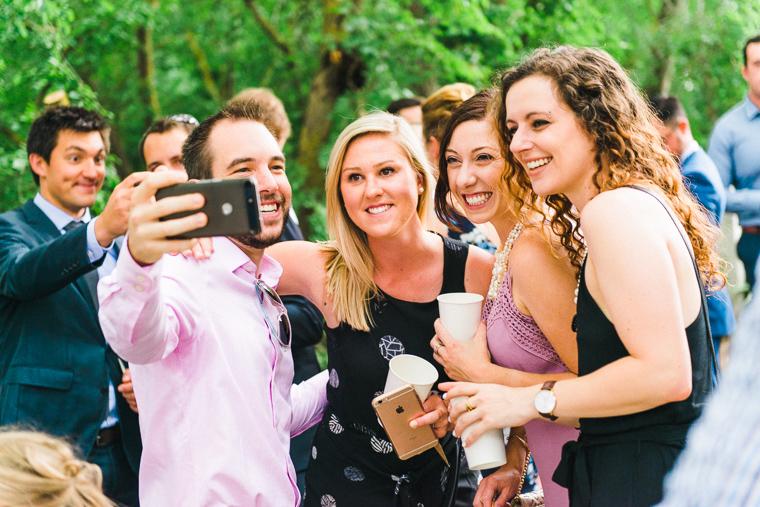 Hochzeitsgäste machen ein cooles Selfie