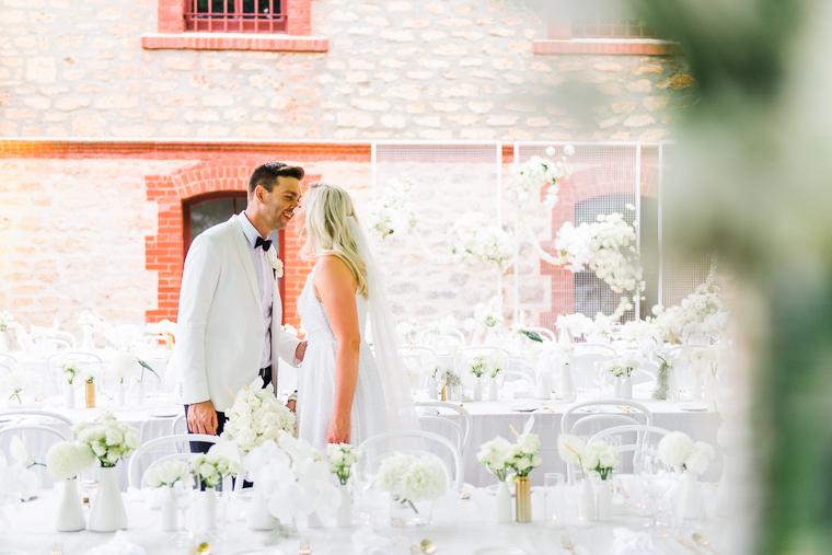 Hochzeitspaar küsst sich in Südaustralien