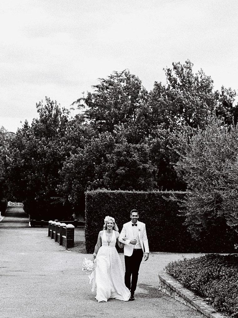 Hochzeitspaar auf dem Weg zur Hochzeitsgesellschaft