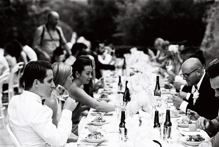 Hochzeitsgäste an schön gedecktem Tisch in Australien