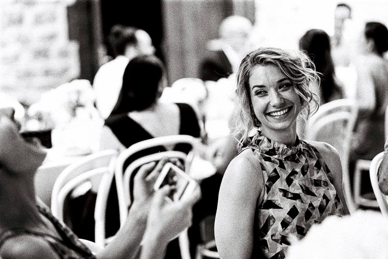 Frau lacht auf Hochzeit