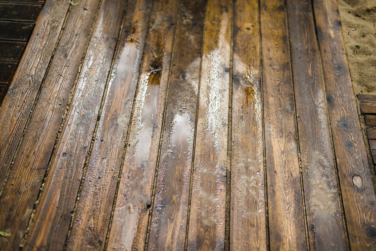 nasser holzboden bei regen am hochzeitstag