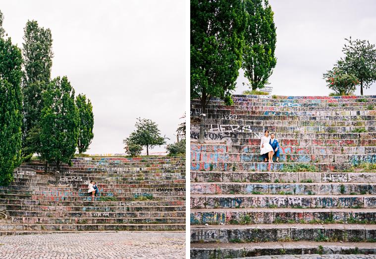 braut und bräutigam sitzen auf treppen in berlin