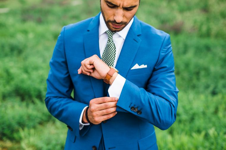 bräutigam in blauem anzug