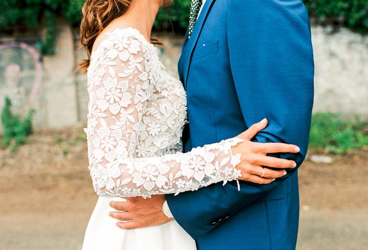 traumhaftes brautkleid und blauer anzug des bräutigams