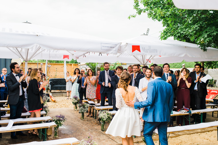 gäste applaudieren einlaufendem hochzeitspaar