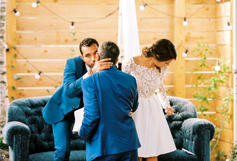 bräutigam küsst seinen vater auf die wange