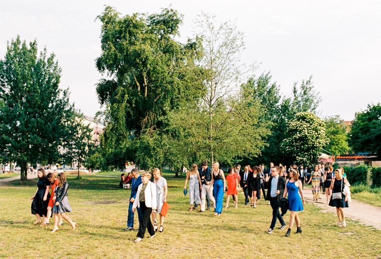 hochzeitsgesellschaft im mauerpark
