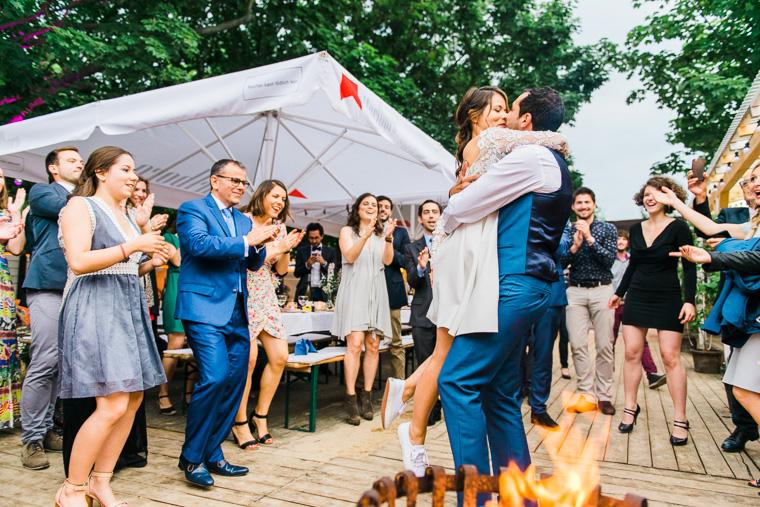 braut und bräutigam küssen sich nach tanz