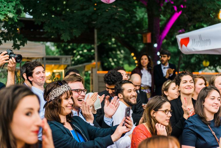 gäste klatschen beim tanz