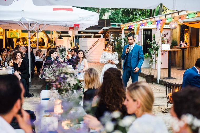 braut und bräutigam hält rede
