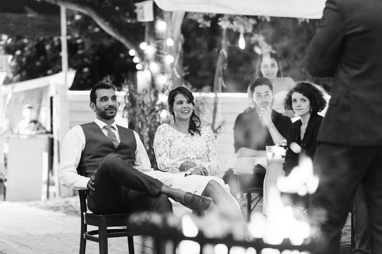 braut und bräutigam sitzt auf stuhl