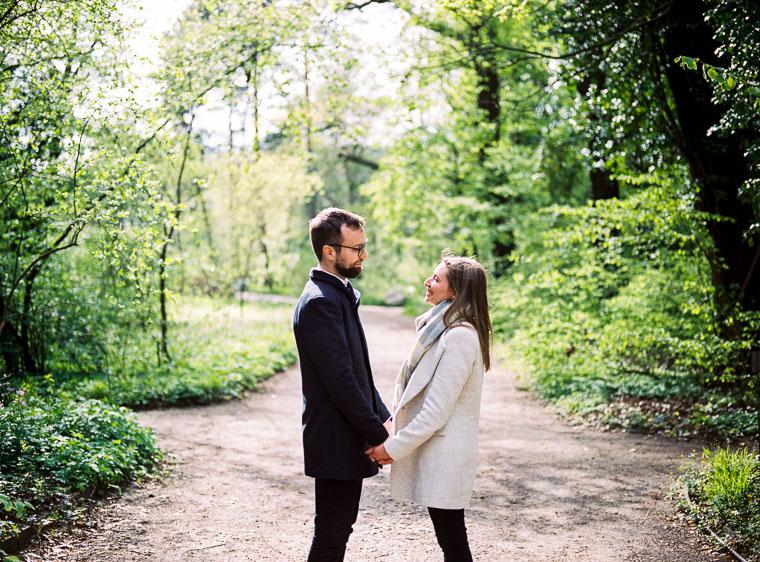 Verliebtes Paar schaut steht sich gegenüber