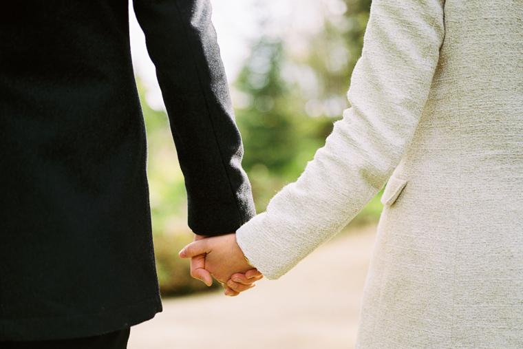 Mann und Frau gehen Hand in Hand