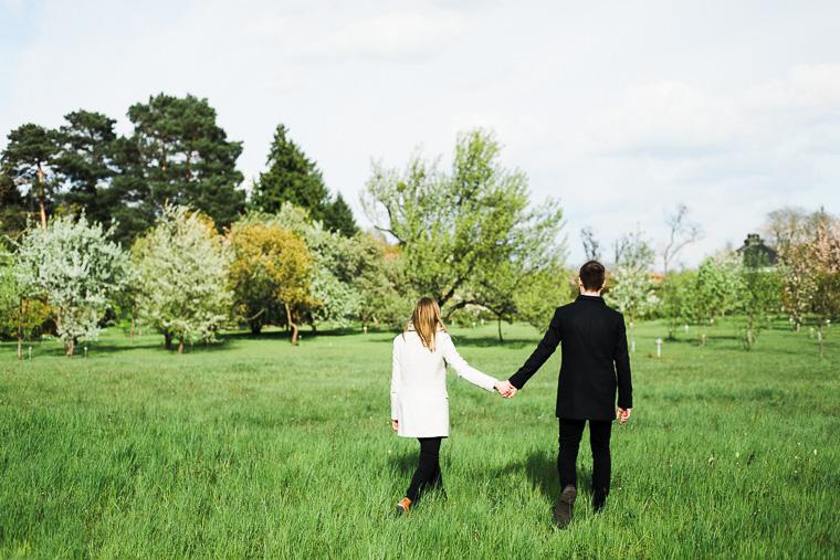 Verliebtes Paar geht über Wiese