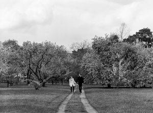 Analoges Schwarz Weiß Foto von Paar auf Wiese