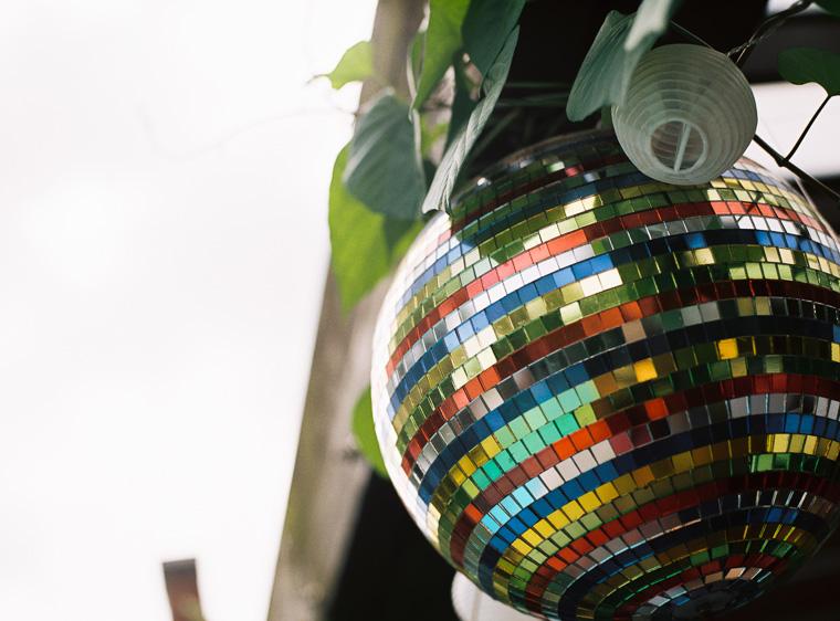 Diskokugel hängt im Garten